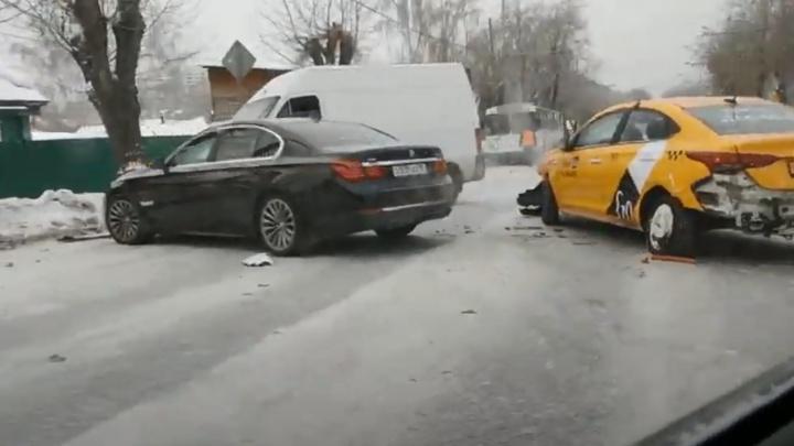 Скопилась пробка: на Амундсена произошло массовое ДТП с участием такси