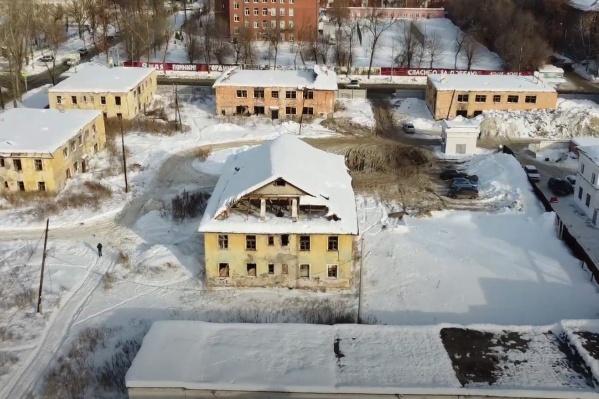 У некоторых домов уже нет крыш