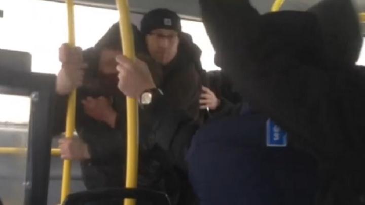 В автобусе, который ехал из Академического, пассажиры устроили драку из-за кражи