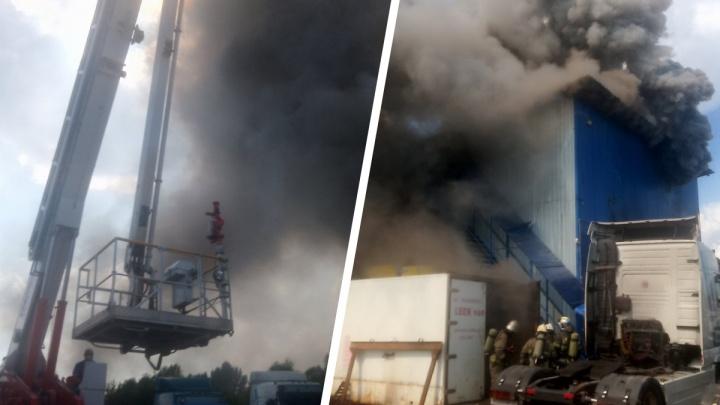 Ангар с моторными маслами загорелся в Нижнем Новгороде