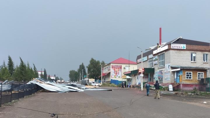 В Башкирии на девочку рухнула крыша магазина. Видео