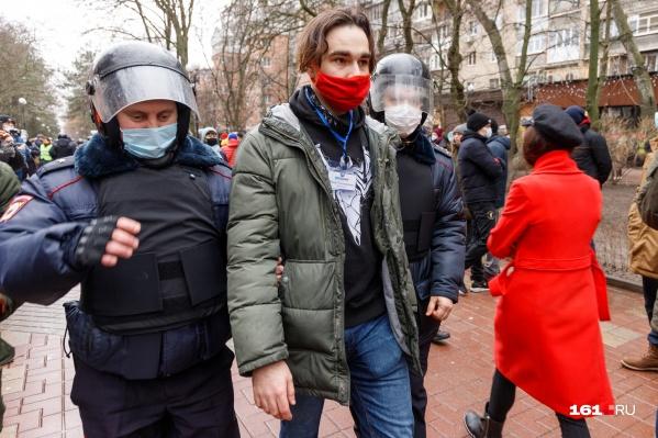 По фотографии очевидно, что полицейские не могли не увидеть пресс-карту Паламаренко