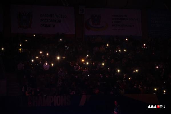Заполненные трибуны перед матчем устроили световое шоу