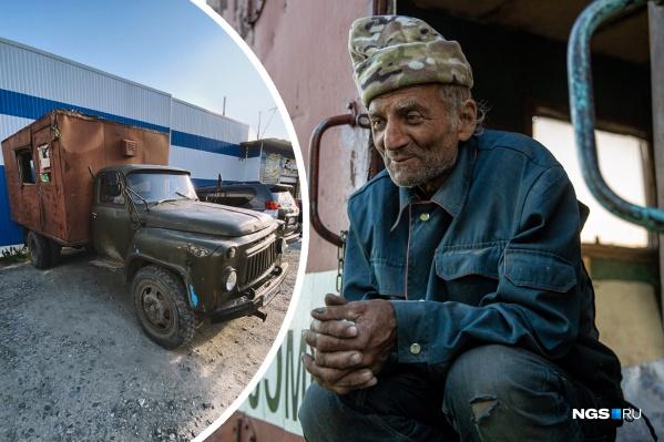 """Дяде Толе, который едет из Магадана на родину в Донецк, купили <nobr class=""""_"""">ГАЗ-52</nobr>"""