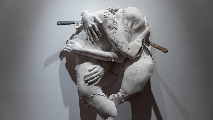 В центре города выставили слепки обнаженных частей тел сибиряков — показываем, как это выглядит