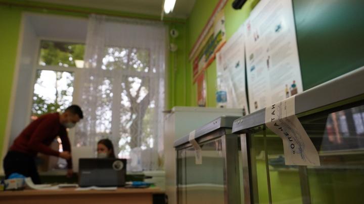 Вбросила пачку бюллетеней: в Самарской области член УИК проголосовала за сына и мужа