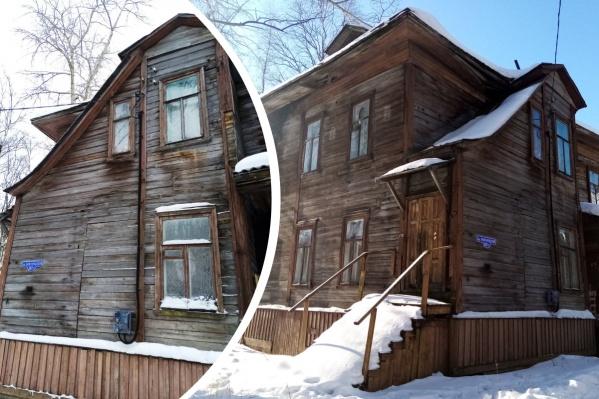 Иван Мосеев отмечает, что дом 137/1 по Новгородскому проспекту — еще и образец типового архангельского деревянного дома