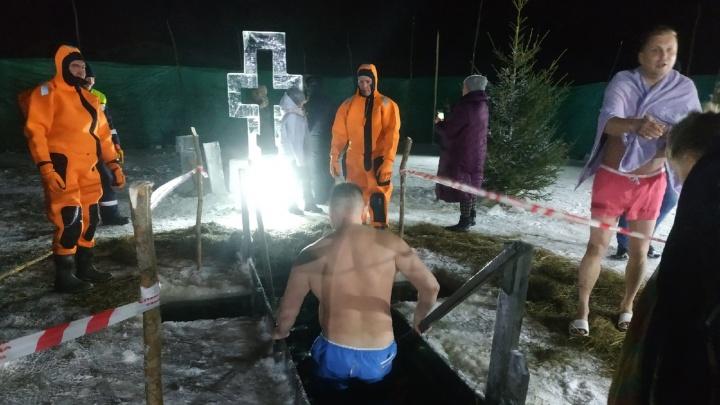 Рядом — крест и водолазы: смотрим, как недалеко от Архангельска встречают Крещение в ледяной купели