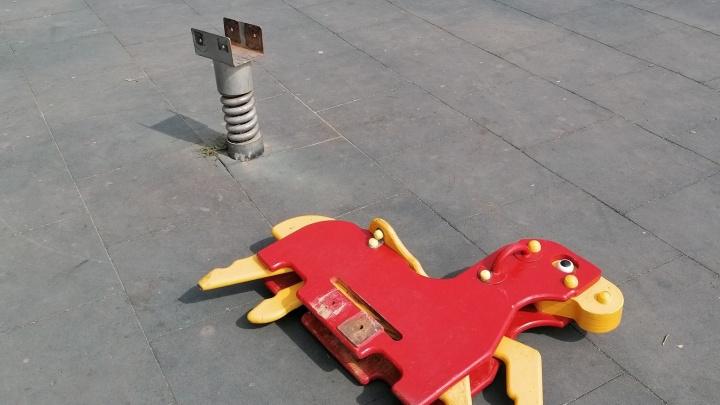 «Дочь падает на землю, а сверху на голову ей эта лошадь»: в Челябинской области на трехлетнего ребенка рухнули качели