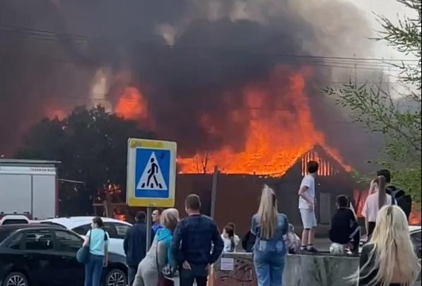 В центре Челябинска, где хотят построить небоскреб, сгорел деревянный дом