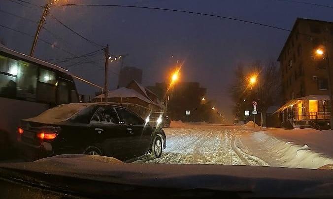 Машины не могут подняться в гору, а техники нет: Уфу снова засыпал снег, смотрим последствия