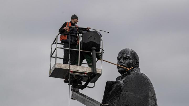 Новосибирск готовят к празднику. Фото, как рабочие под дождем отмывают шестиметрового Ленина и ёлку