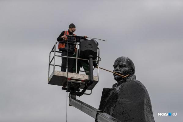 Помыть огромный памятник Ленину — та еще задача
