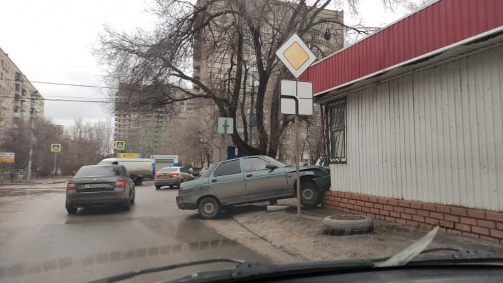 В Волгограде «Лада» въехала в продуктовый магазин