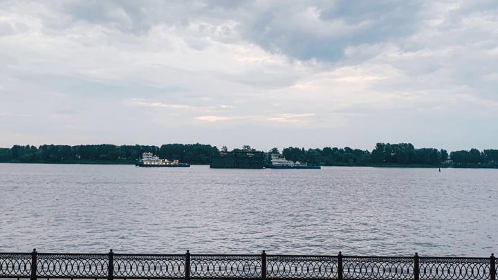 «Села на мель?»: в Ярославле баржа сутки стоит посреди Волги. Что случилось