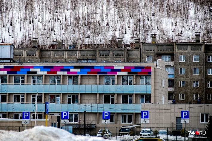 Серые здания украсили цветными лентами