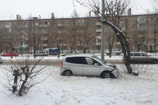 Машину на газоне остановил столб