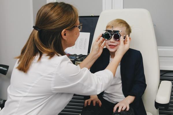 Проверять зрение офтальмологи рекомендуют каждый год
