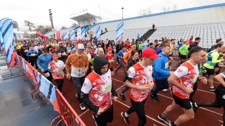 10 километров за 31 минуту: репортаж о том, как екатеринбуржцы пробежали дистанции «Майской грозы»