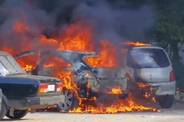 Огонь перекинулся на деревья и припаркованные рядом авто