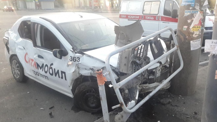 «Приехали семь скорых»: на перекрестке в Челябинске два такси после ДТП влетели в забор