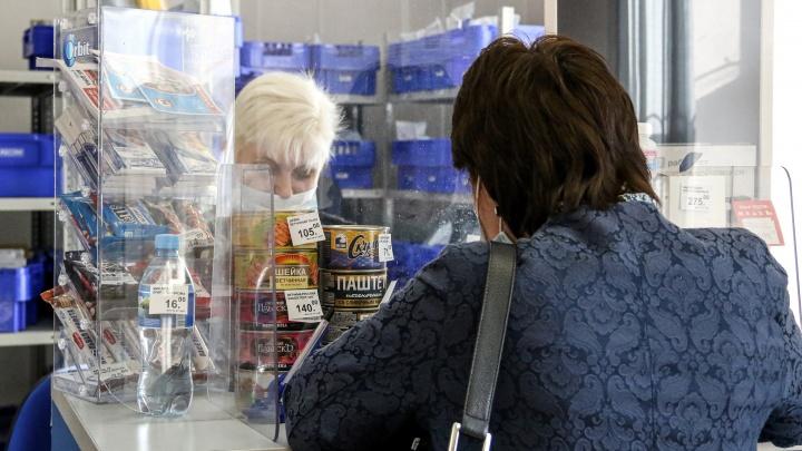 С толстой сумкой на ремне: как почтальонов заставляют зарабатывать напенсиях стариков