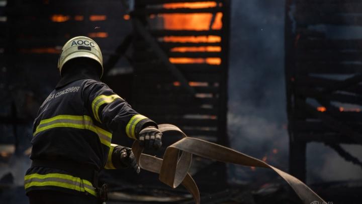 «Было факельное горение»: на 2-ом Лесозаводе сгорел частный дом — фото и видео с места