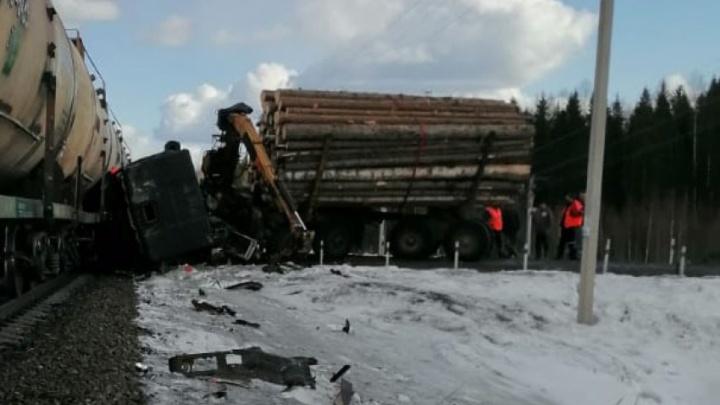 В Коношском районе лесовоз въехал в грузовой поезд с горючими материалами