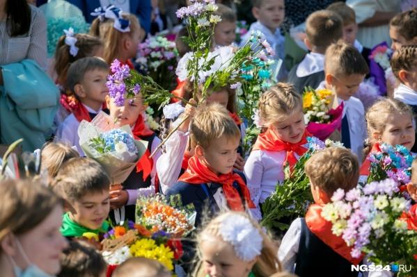 С чем школьники пойдут на линейки 1 Сентября в этом году, с цветами или с ягодами?