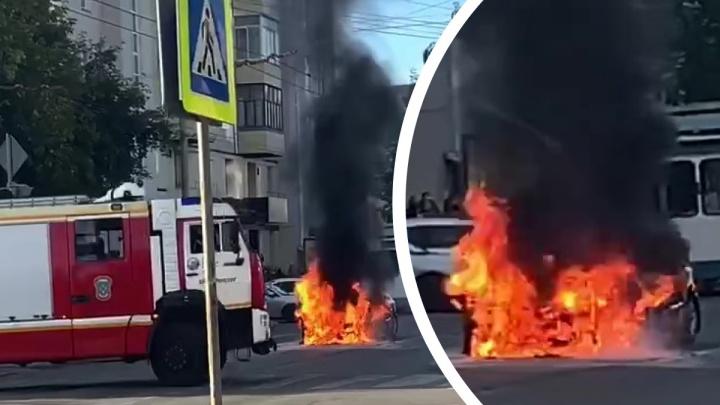 В центре Екатеринбурга посреди дороги загорелось такси. Видео