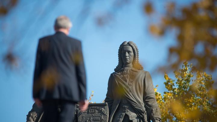 Суд вступился за издательство, с которого требуют деньги за использование фото памятника Татищева и де Геннина