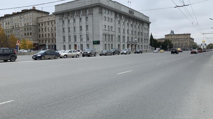 И так сойдет. Смотрим, как починили главную улицу Новосибирска — Красный проспект (кое-где не доложили асфальт)