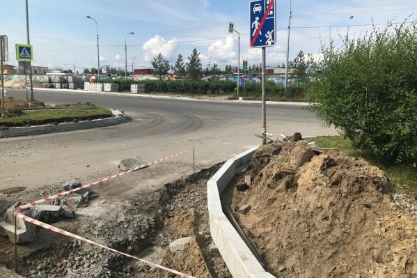 На улице Быстринской в Сургуте устанавливают новые бордюрные ограждения