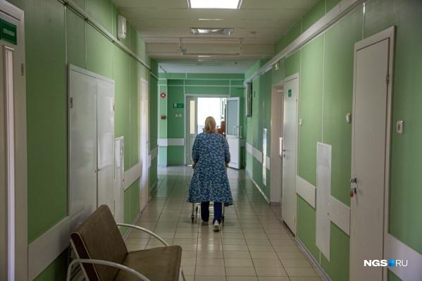 Новосибирцы сейчас не могут навещать своих родственников, которые лежат в стационарах. Хоть с прививкой, хоть без