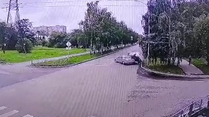 На Юго-Западе «Волга» спровоцировала ДТП, в котором пострадала женщина. Публикуем видео аварии