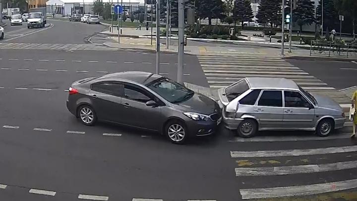 В Волгограде попал на видео жесткий наезд на пешехода