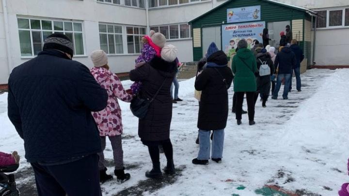 В мэрии объяснили, почему у детского сада в Новосибирске собралась толпа родителей
