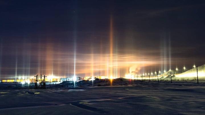Норильский фотограф снял причудливые столбы света в северном небе