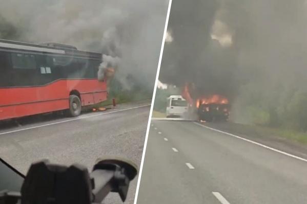 Слева видно, как начиналось возгорание, справа — автобус уже полностью охватило огнем