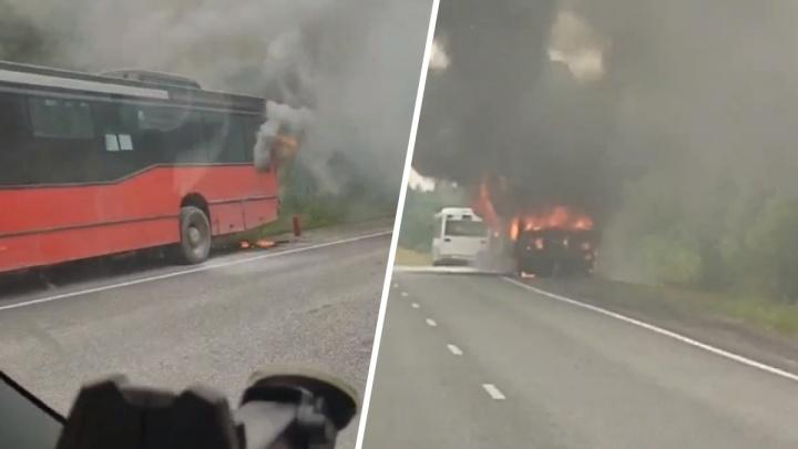 На трассе в Прикамье загорелся рейсовый автобус. Видео