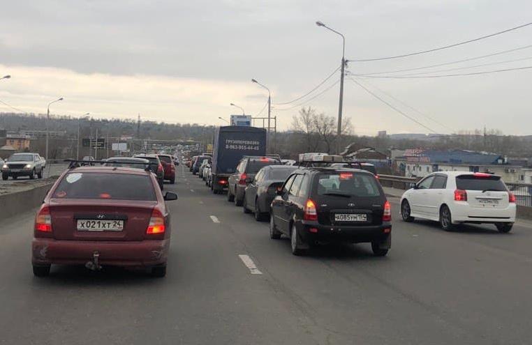 «Машину можно бросать»: водители показали пробки в районе кладбищ