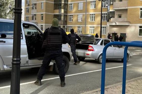 «Забаррикадировался гражданин с гранатой». В Екатеринбурге силовики оцепили двор