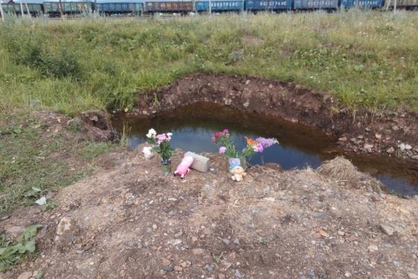 Соседи и близкие несут к месту гибели ребенка цветы и игрушки