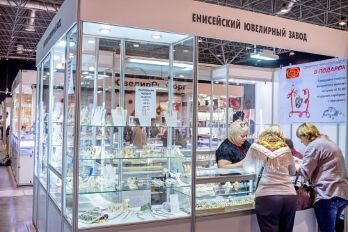 Нурисламов участвовал в профильных выставках. Сейчас у семьи есть небольшой отдел в ТЦ и мастерская