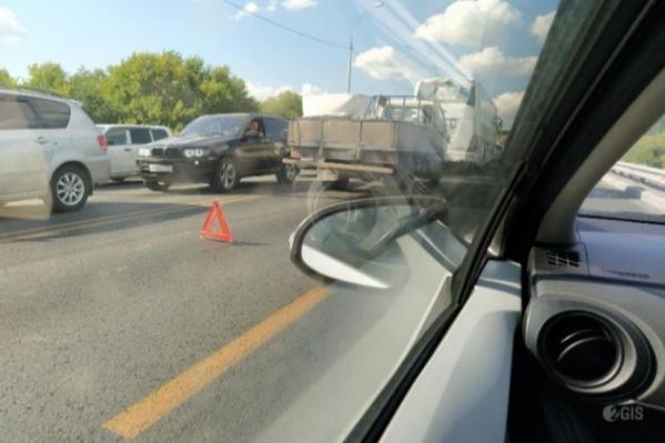 На Бердском шоссе, по сообщению пользователя 2ГИС, произошло ДТП