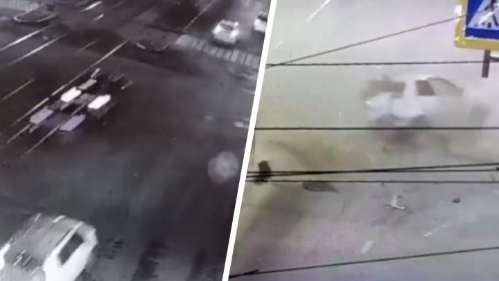BMW наскочил на бортовой камень и вылетел в попутный транспорт: появилось видео жесткого ДТП на Малышева