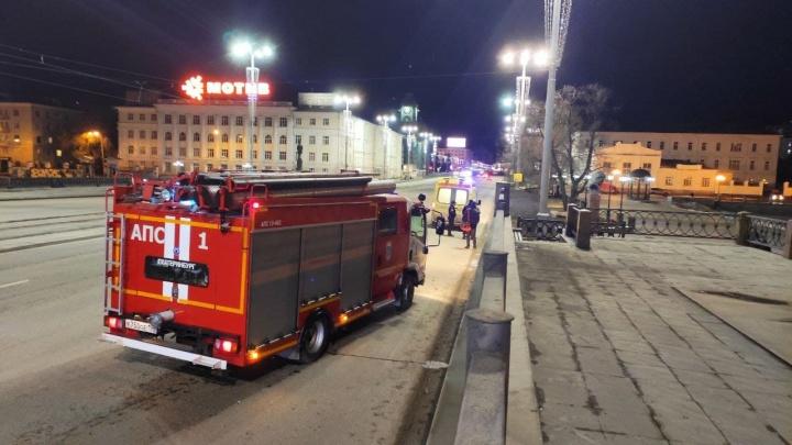 В Екатеринбурге парень на электросамокате провалился под лед Городского пруда
