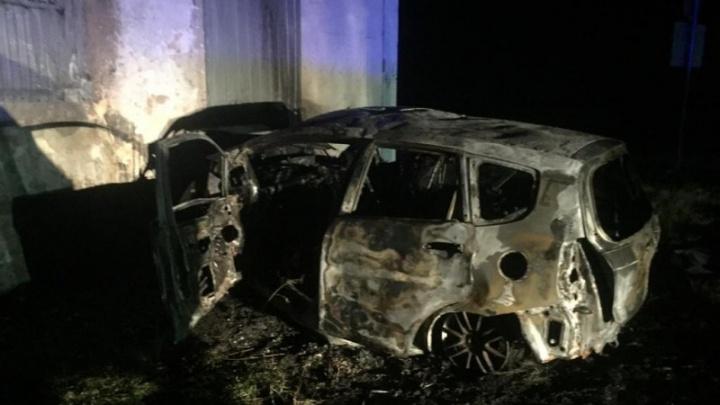 На выезде из Омска иномарка врезалась в бывший пост ГАИ и загорелась — водитель погиб