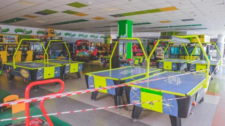 «Выжившие не оправились от шока». Владельцы игровых комнат в ТЦ просят разрешить им работать — их открыли и снова закрыли