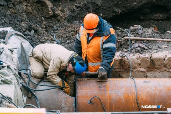 Рабочие устраняют повреждения